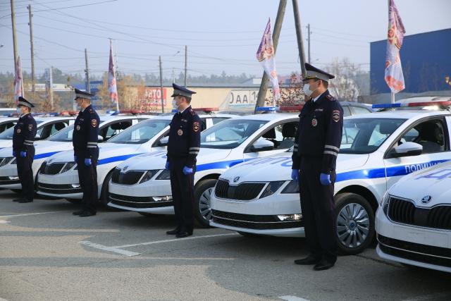 Министр внутренних делЯкутиивручилключи от20новых служебных автомобилей сотрудникам Госавтоинспекции