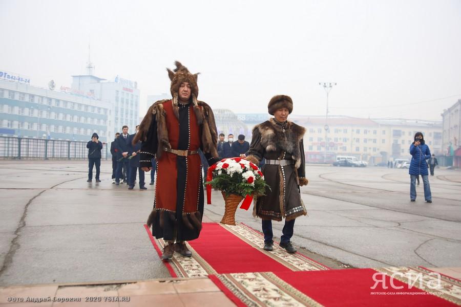 В День государственности республики возложили цветы к памятнику Платона Ойунского