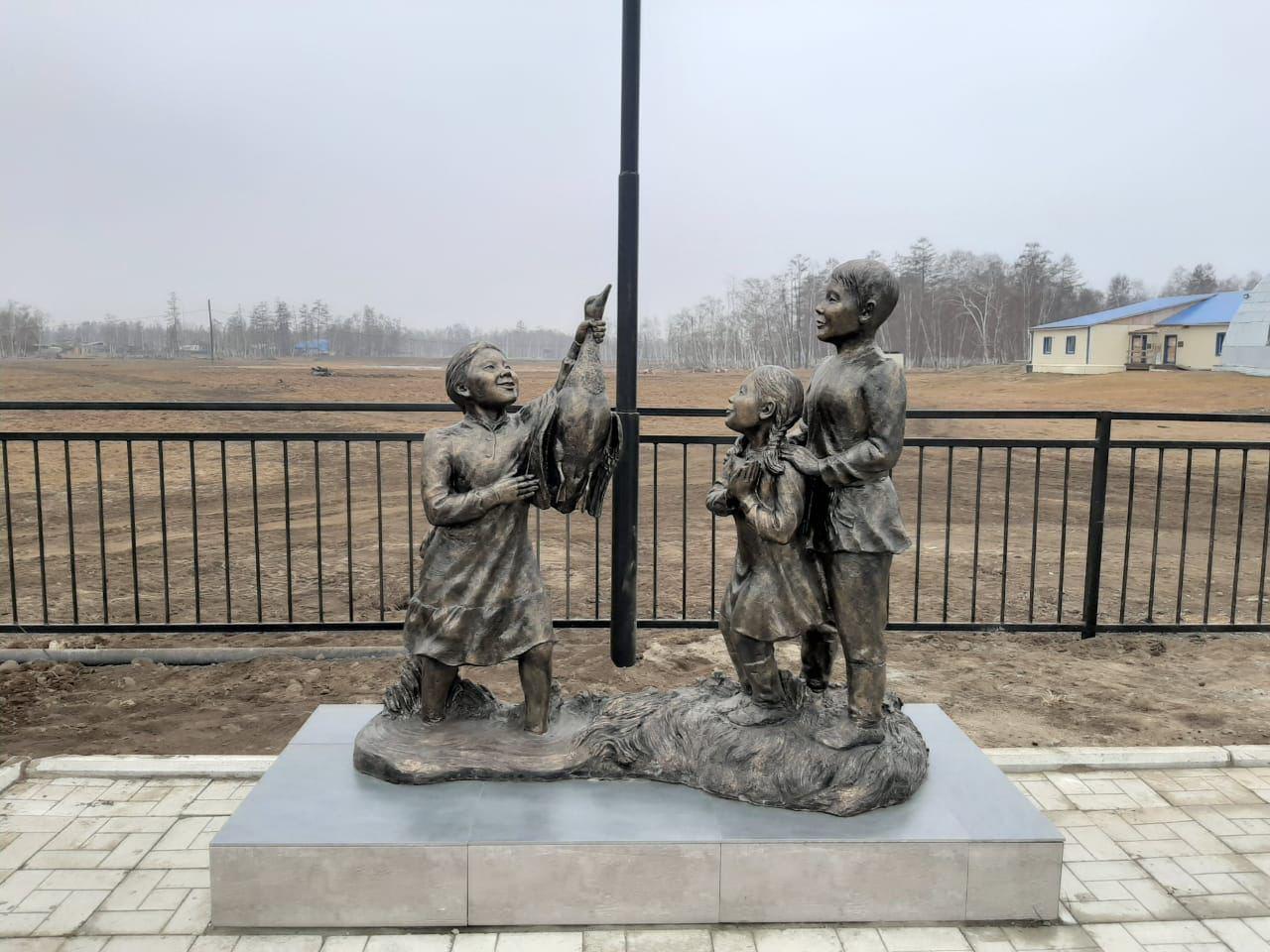 В Таттинском районе установили памятник и арт-объекты, посвященные Николаю и Анне Неустроевым