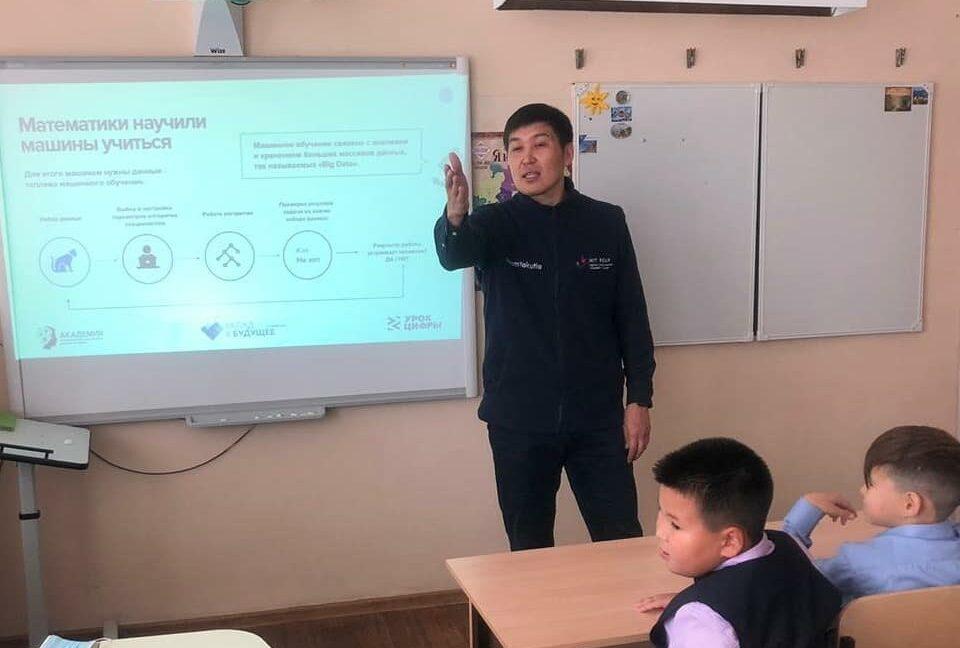 Анатолий Семенов провел Урок цифры в 21-й школе Якутска