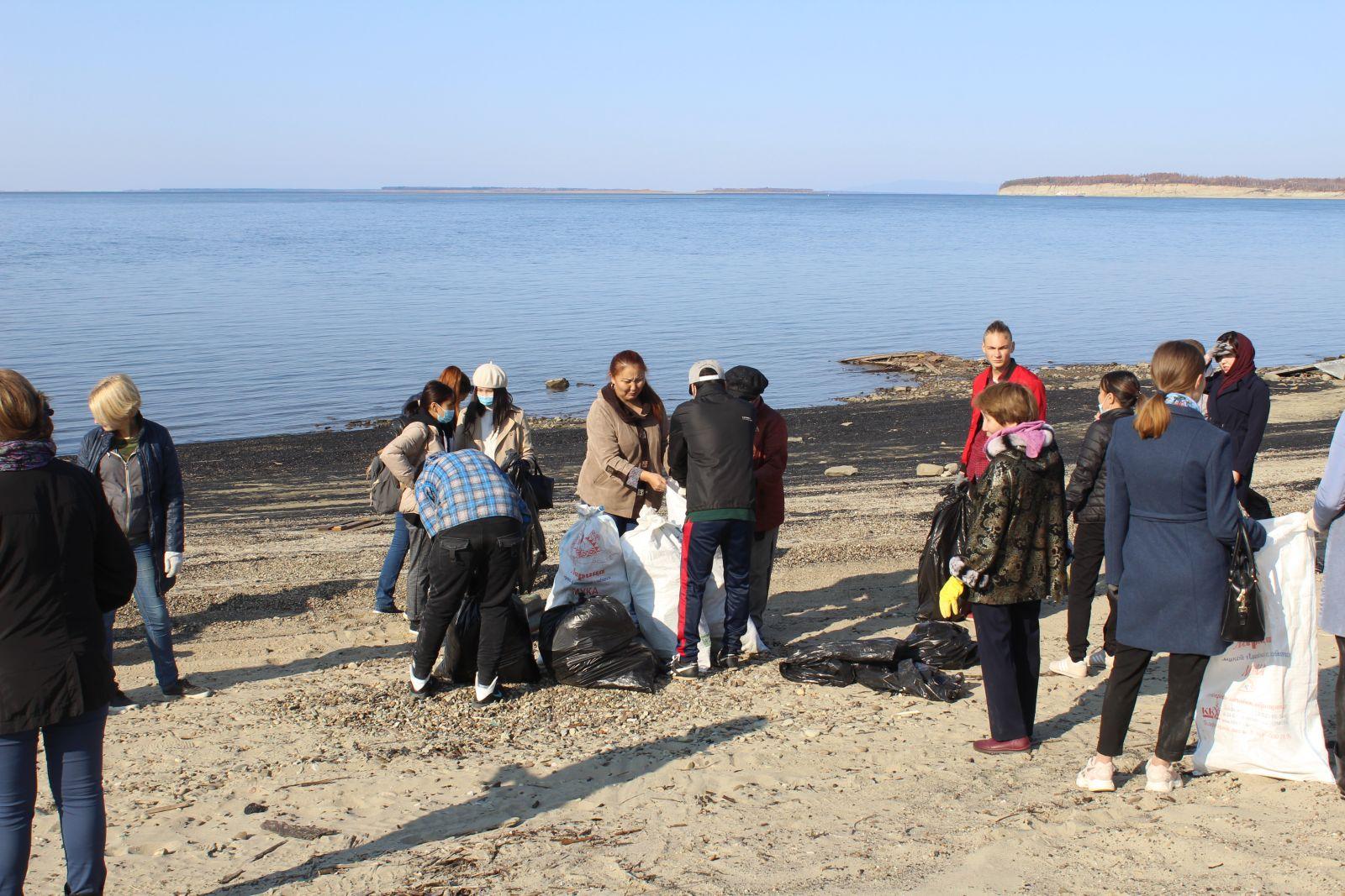 """Фотофакт. В Кобяйском районе Якутии провели акцию """"Чистый берег"""""""