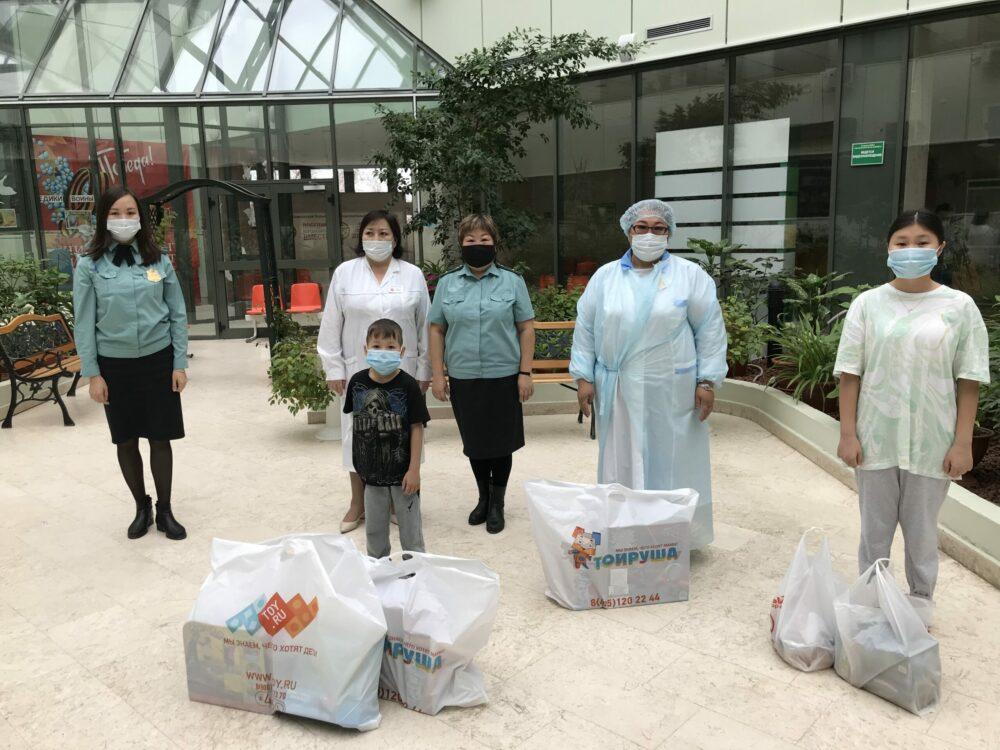 Судебные приставы Якутии на свои средства приобрели развивающие игры для детей, проходящих лечение в Медцентре