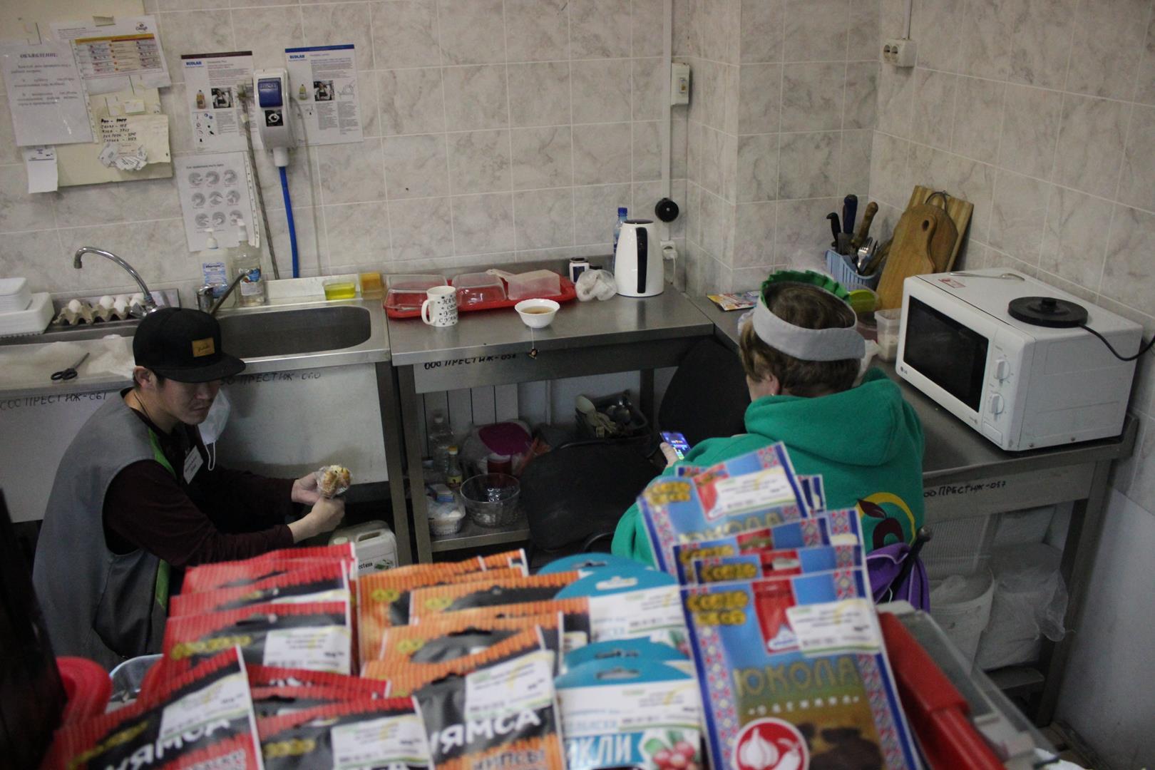 Однако  в колбасном отделе обнаружилась кухня для персонала
