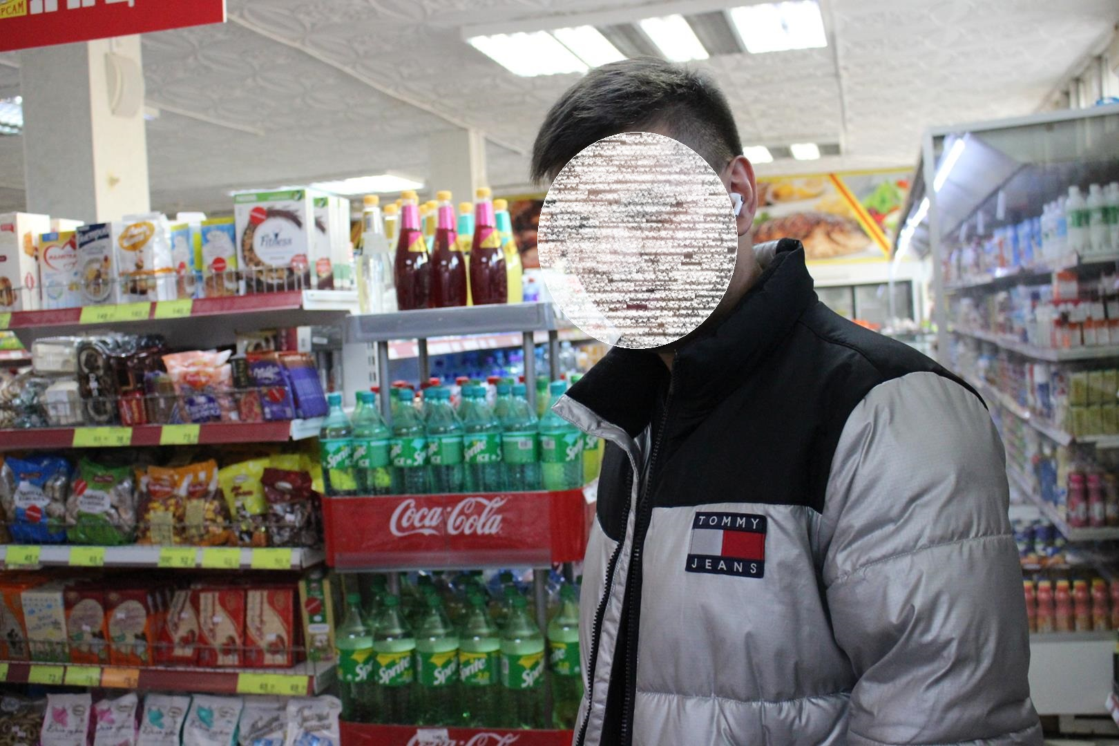 Замечаем посетителя без маски. Дмитрий говорит, что если попросят, то обязательно наденет. Но сегодня тут нет контроля