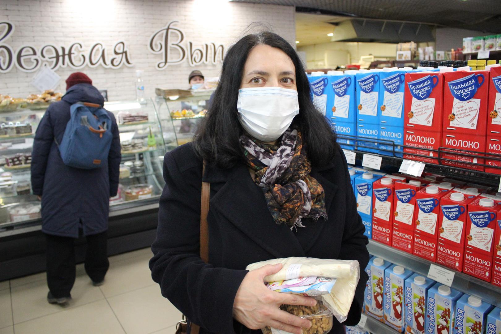 Но сознательные посетители ходят в масках. Как говорит Фатима, она носит маску, так как сама не болела и дома ожидает пожилая мать