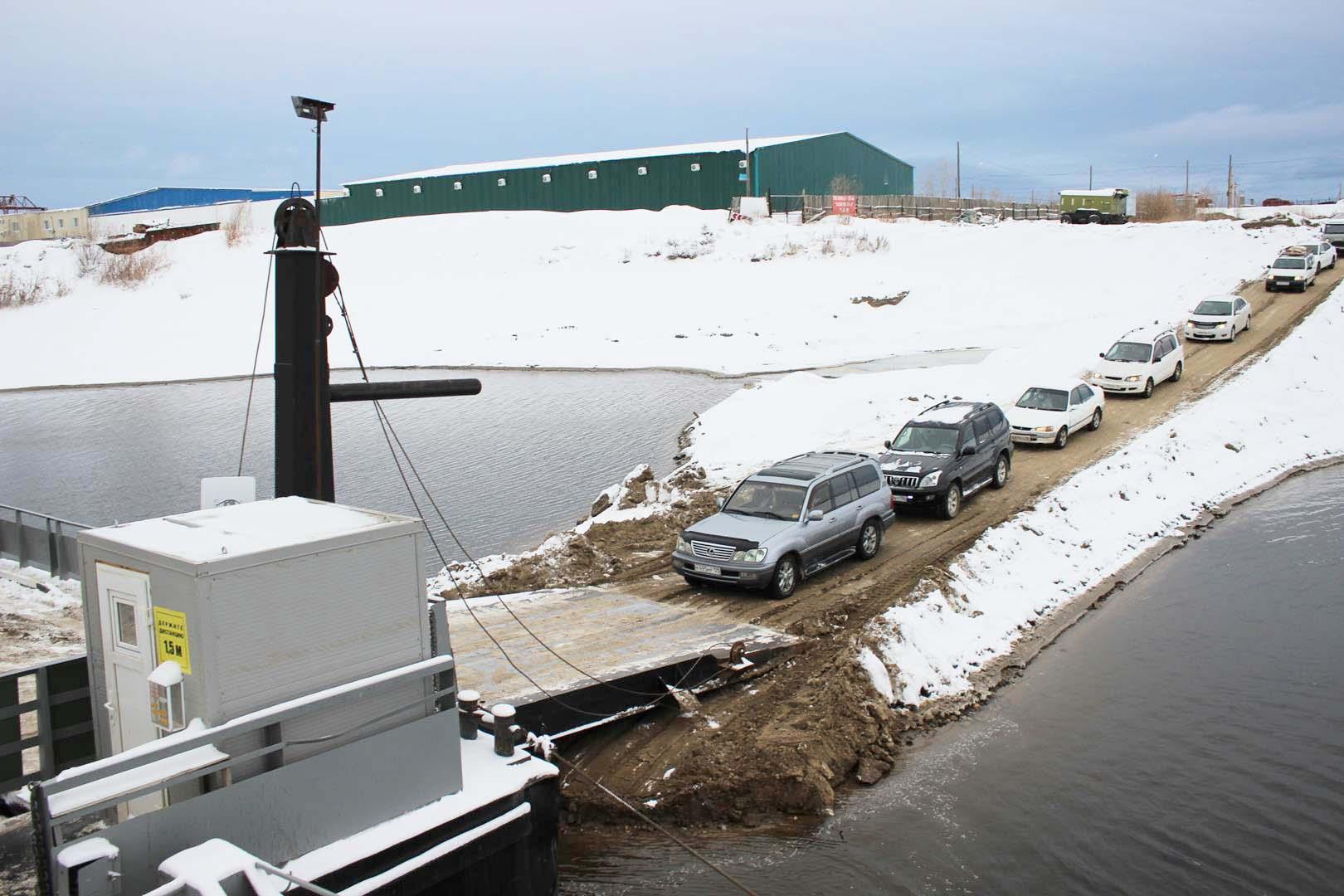 Паромная переправа возле Якутска будет работать до начала ноября