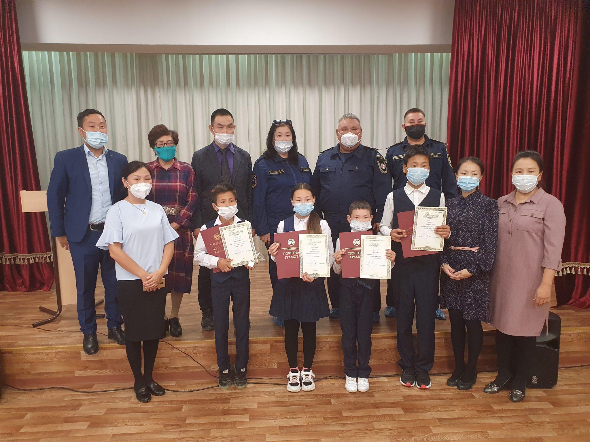 В Якутии наградили школьников, предотвративших пожар