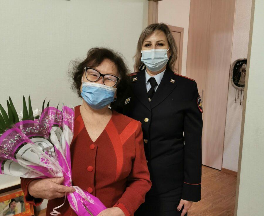 Сотрудники транспортной полиции поздравили с днем рождения маму погибшего героя Баира Цыбикова