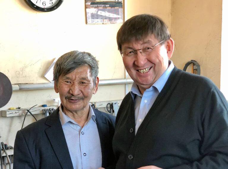 Министр культуры поздравил с 75-летием народного мастера Якутии Бориса Неустроева-Мандар Уус