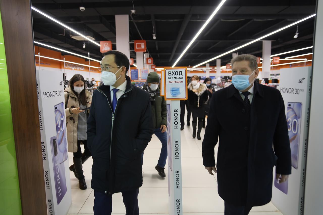 Фотофакт: Глава Якутии лично проверяет соблюдение санитарных требований в торговом центре Нерюнгри