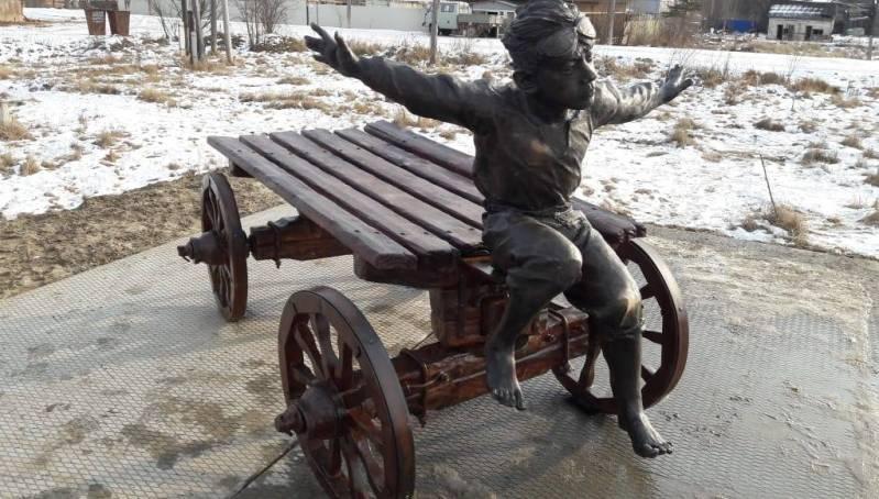 В Олекминске установили скульптуру «Мальчишеские мечты»