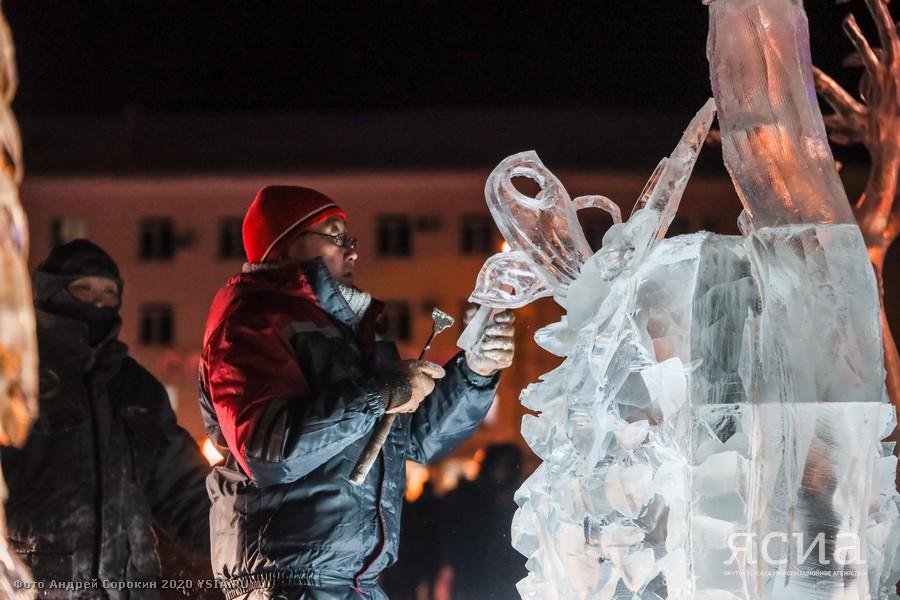 Фоторепортаж: На площади Орджоникидзе создают ледовую сказку