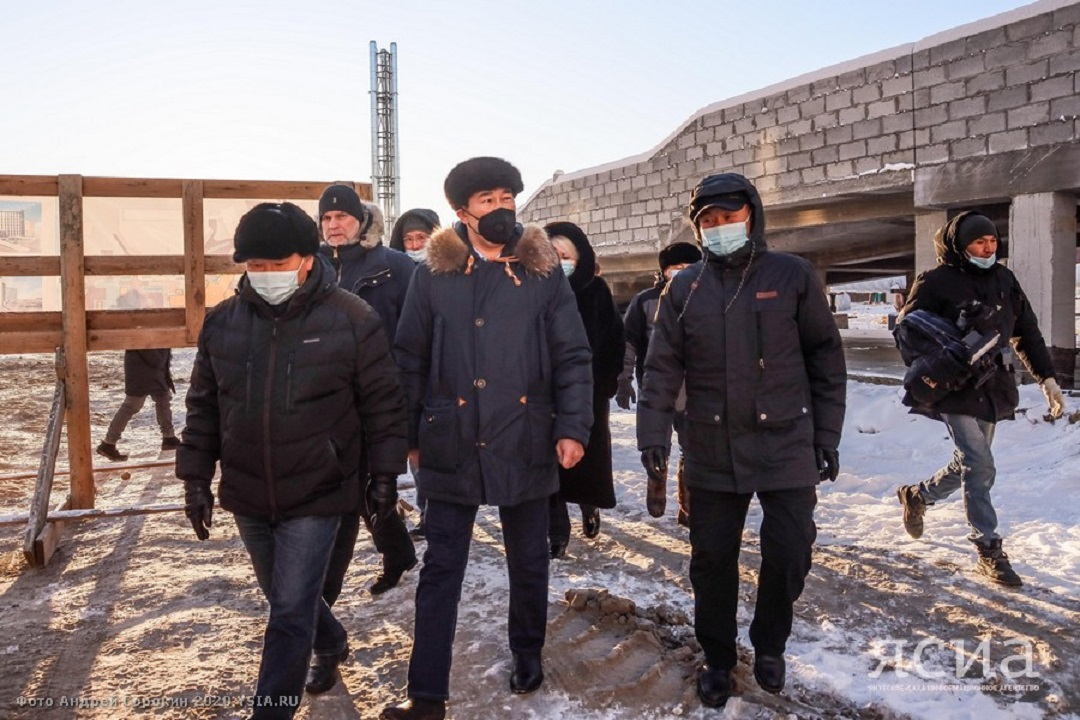 Глава Якутии проверил строительство кардиологического диспансера и заявил о строительстве новой инфекционной больницы