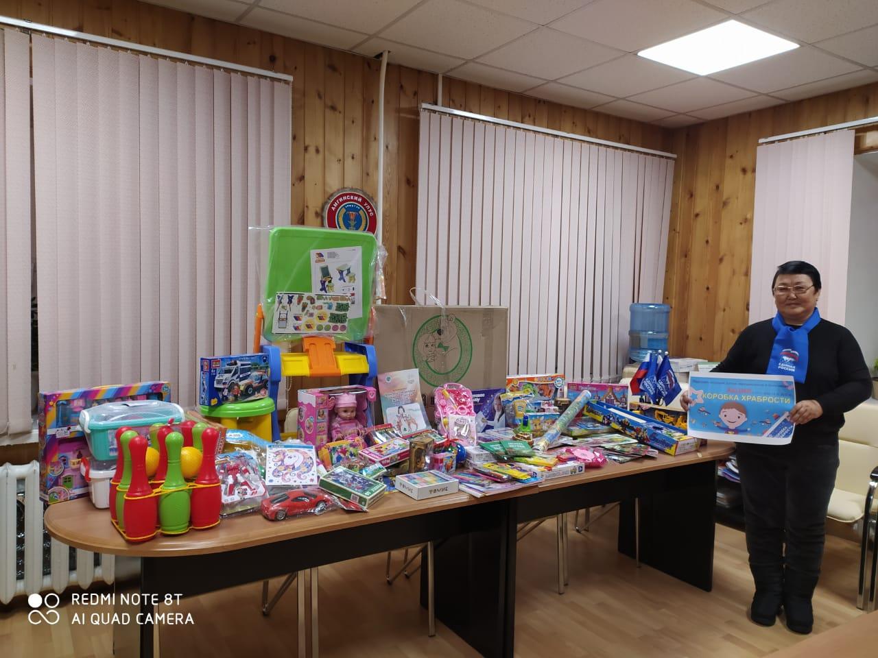 В детское отделение Амгинской ЦРБ передали игрушки из «Коробки храбрости».