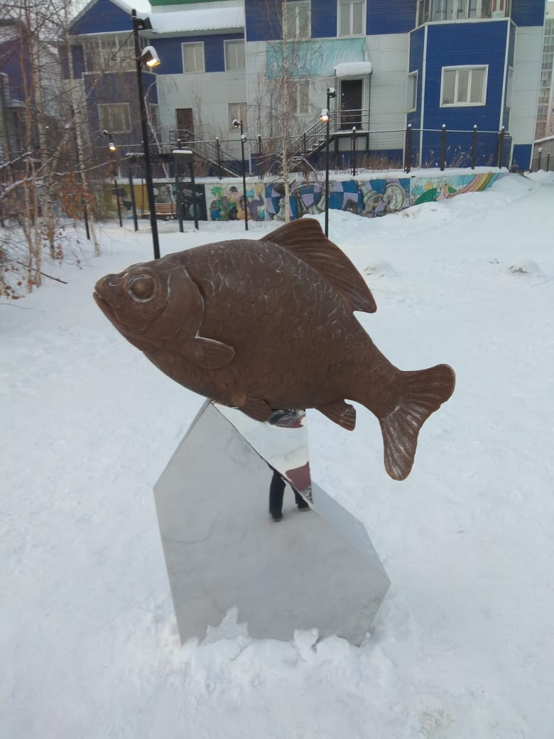 Фотофакт: Скульптуру карася установили на берегу Талого озера в Якутске