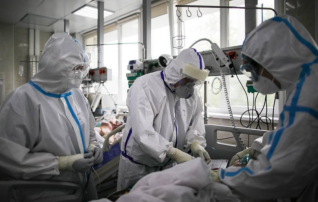 Кабмин выделит 10 млрд рублей на выплаты медработникам, борющимся с коронавирусом