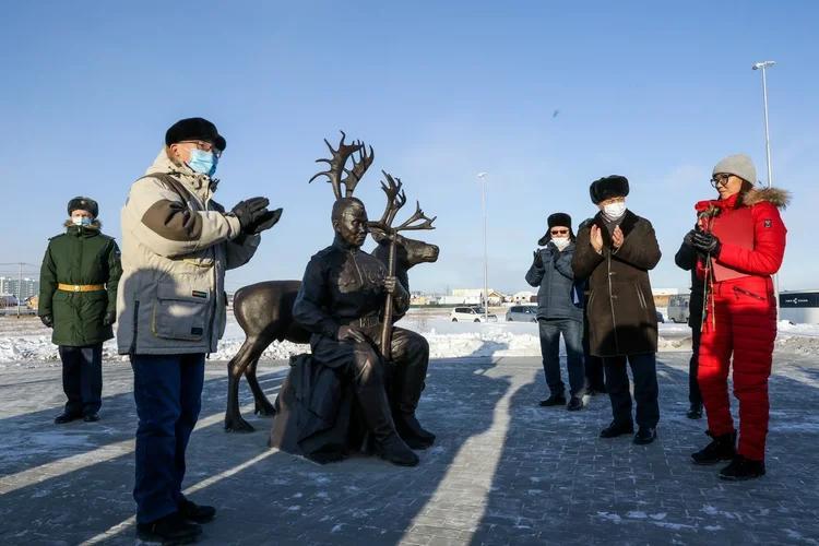 Народный памятник - народному герою. В Якутске открыли памятник снайперу Ивану Кульбертинову