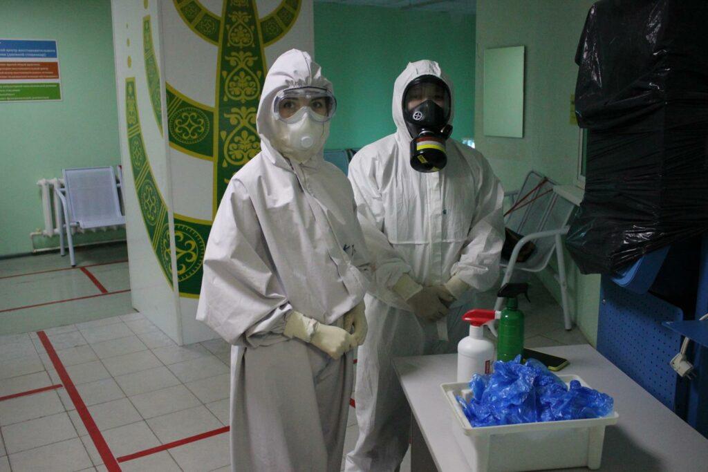 На входе в помещение стоят врачи – они проводят дезинфекцию