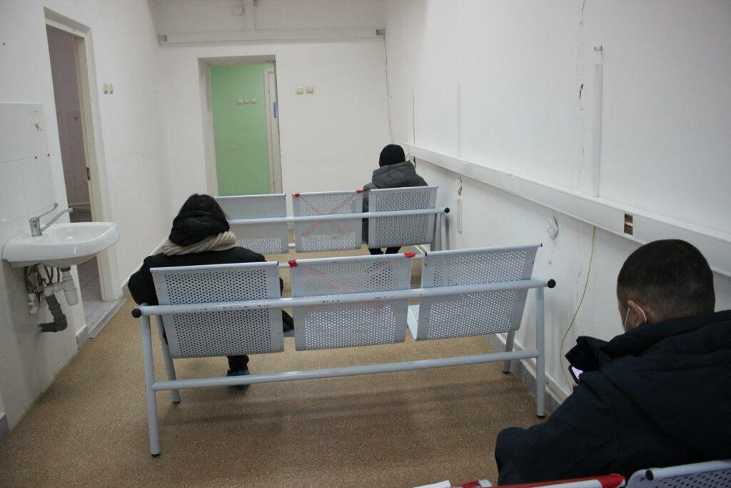 Отдельный кабинет ожидания. Ожидающие  соблюдают соцдистанцию