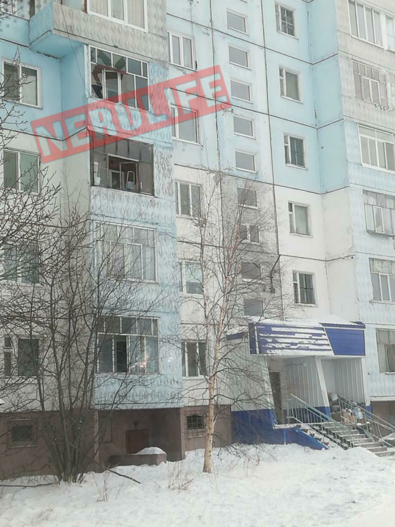 ФОТОФАКТ. В жилых домах Нерюнгри взрывной волной выбило стекла на окнах