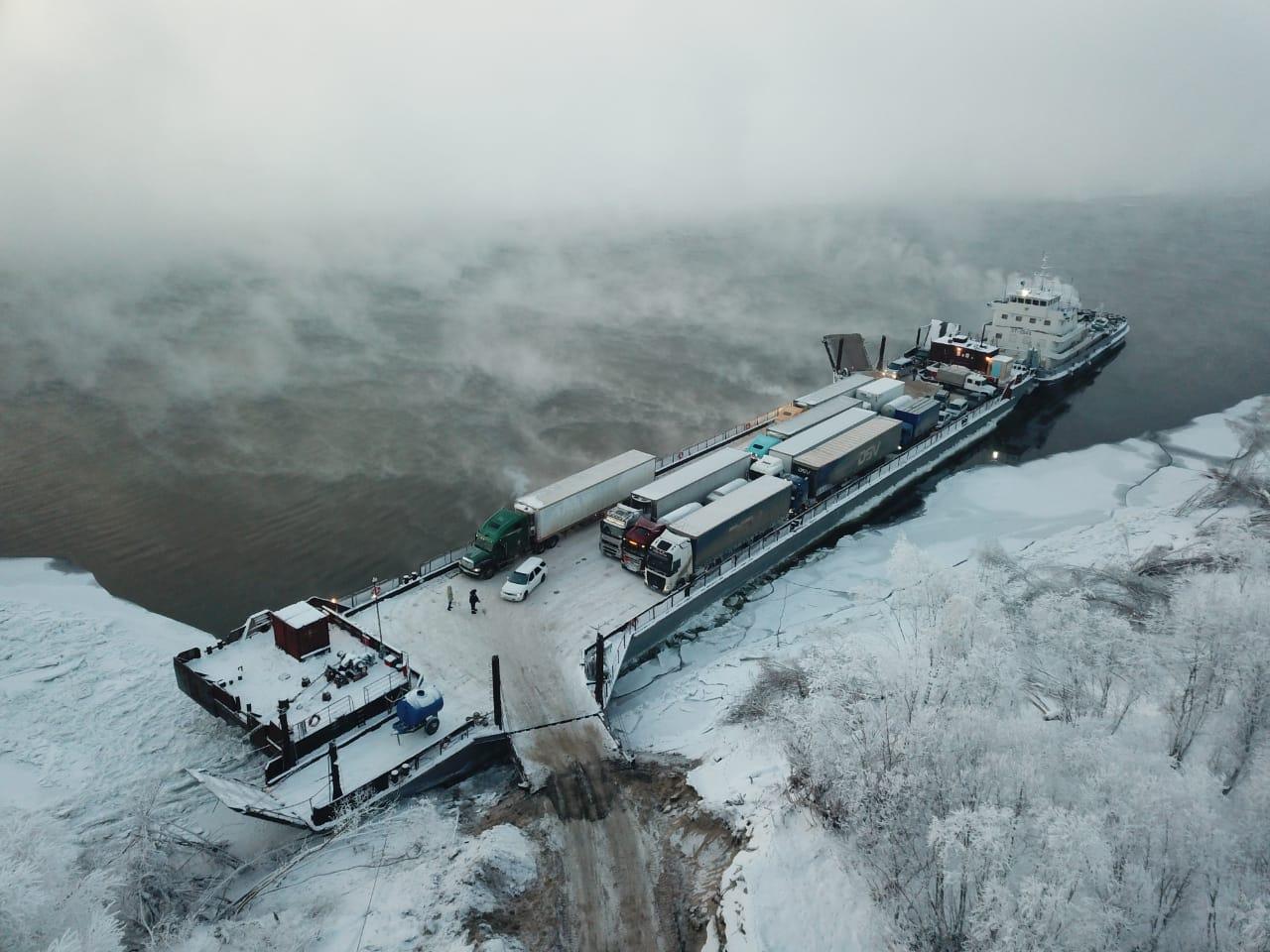 Речники Ленского пароходства продолжают перевозку грузов в условиях формирования ледостава