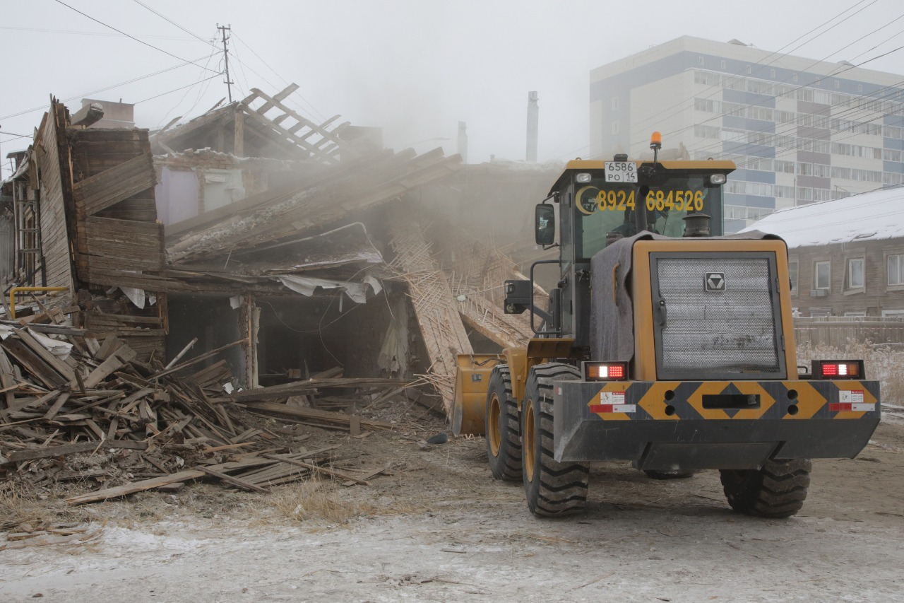 В 17 квартале Якутска начали сносить аварийный многоквартирный дом