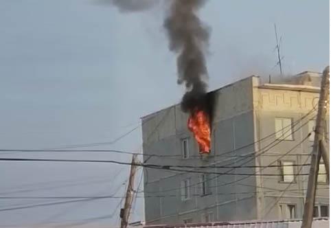 Видео: Пожар в многоквартирном доме по улице Петровского в Якутске