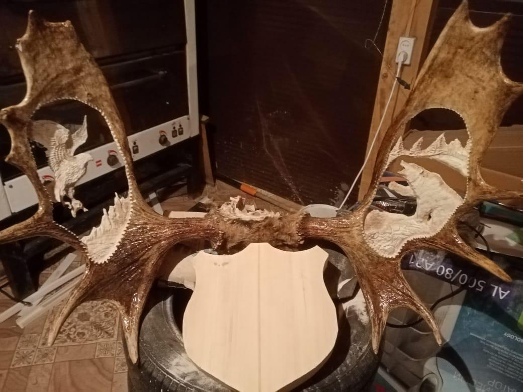 Мастер на все руки: Скульптор из Якутии создает композиции из рогов в стиле Байанай