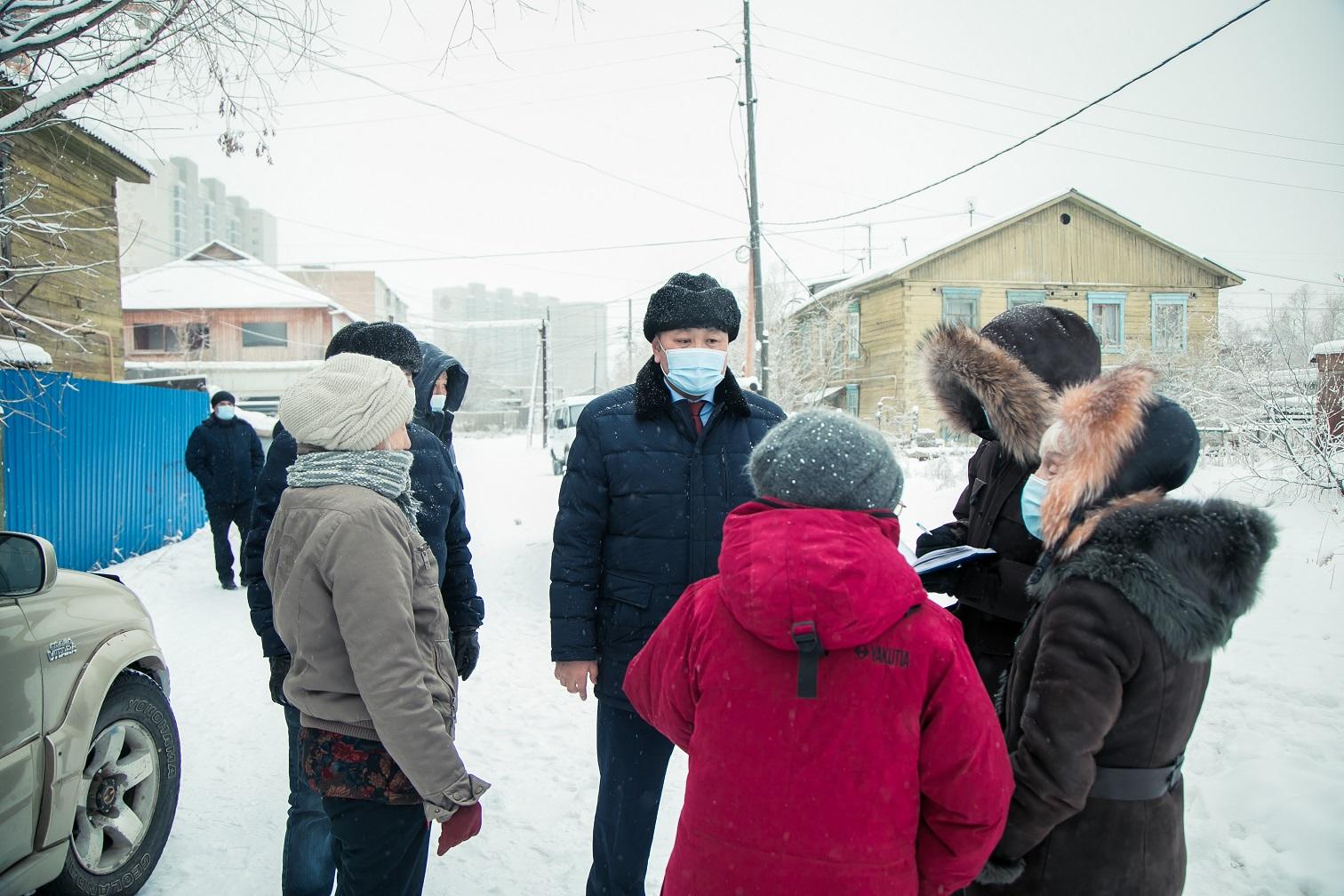 Альберт Семенов проверил состояние дворовых территорий в Якутске