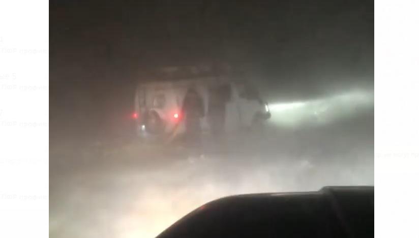 В Олекминском районе Якутии из-за сильной метели застряли машины на протяжении 300 километров