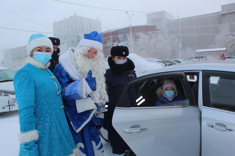 Дед Мороз вручает подарки маленьким пассажирам за соблюдение правил перевозки детей