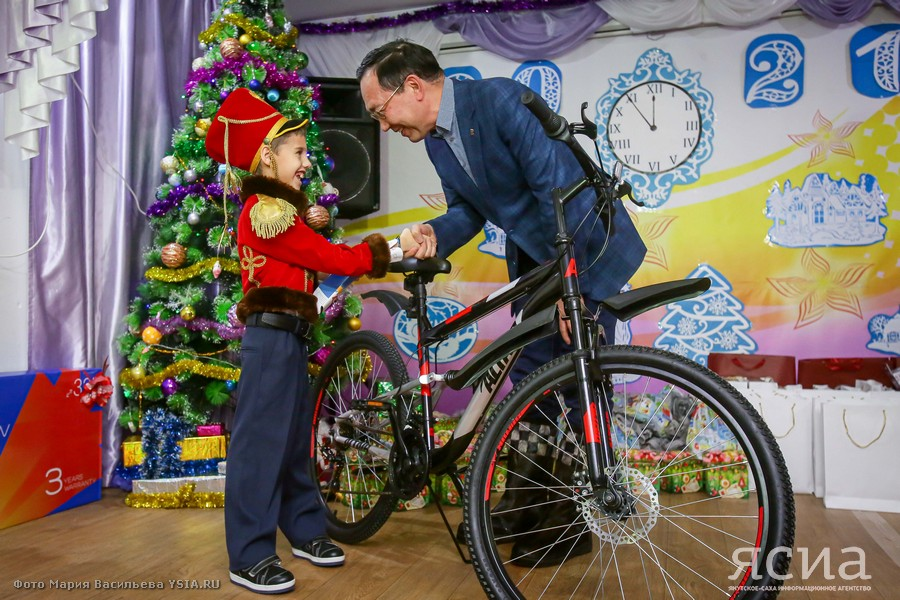 Глава Якутии исполнил новогоднее желание воспитанника Мохсоголлохского детского центра Влада Старкова