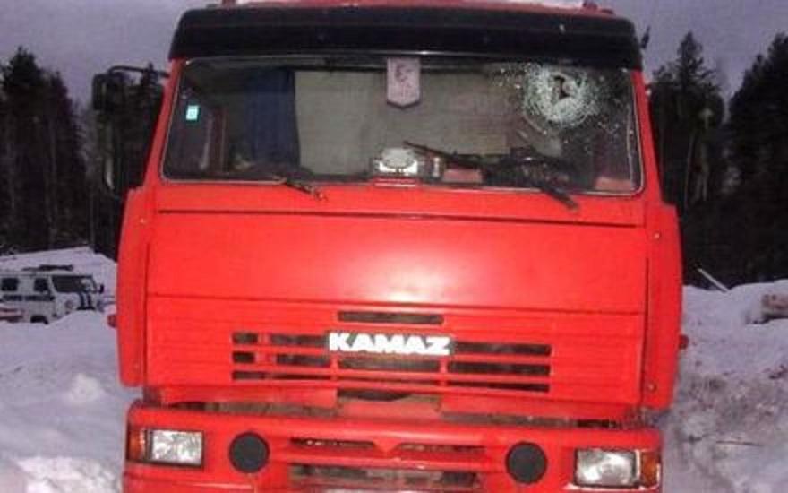 В Якутии водителя застрявшего в снегу автомобиля чуть не задавил КамАЗ