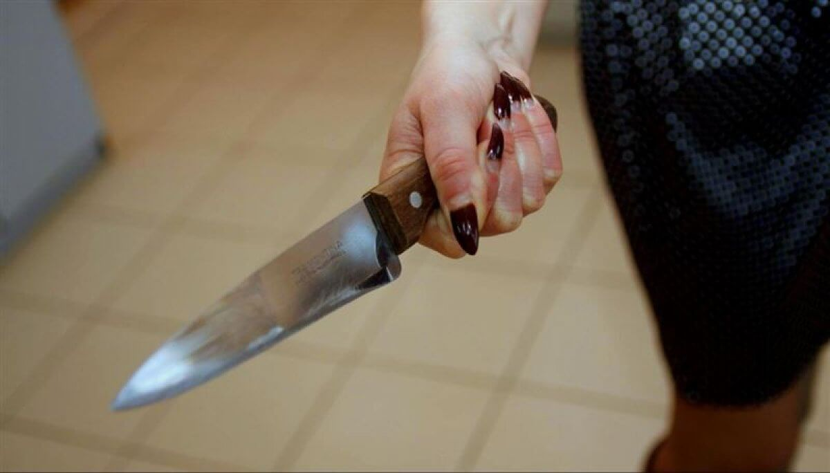 Жительница Якутии избила мужа и порезала ножом его любовницу