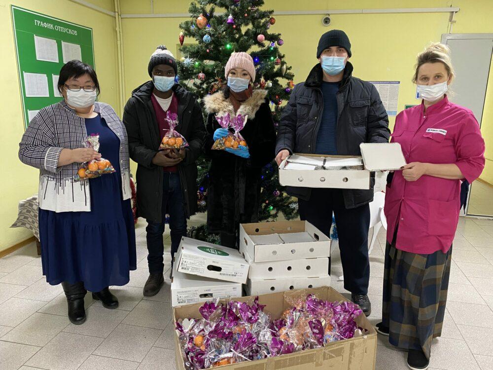 «Спешим сказать спасибо». Активисты молодежной ассамблеи народов Якутии вручили медикам подарки