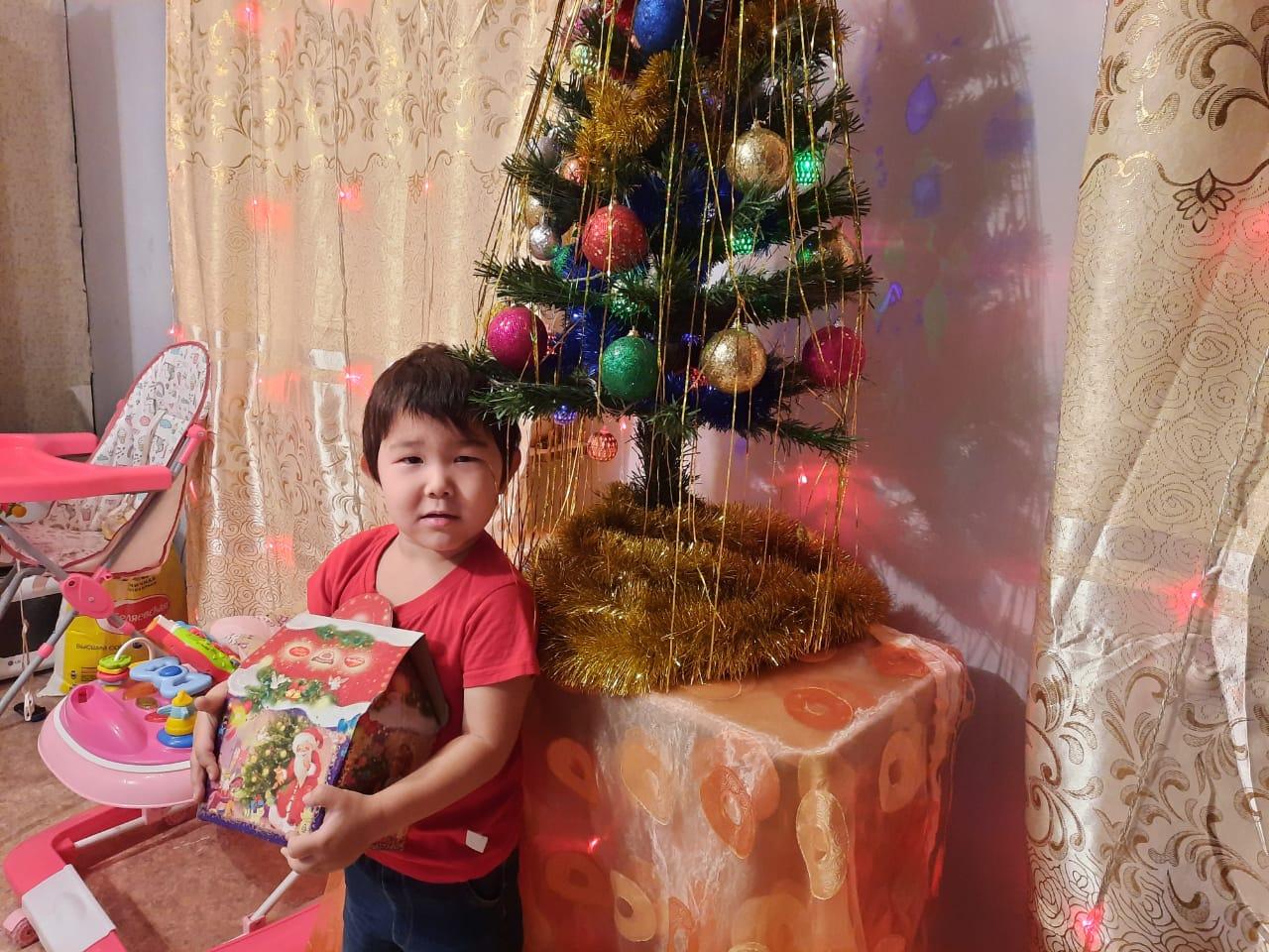 Якутские волонтеры в образе Дедов Морозов и Снегурочек поздравляют детей с Новым годом