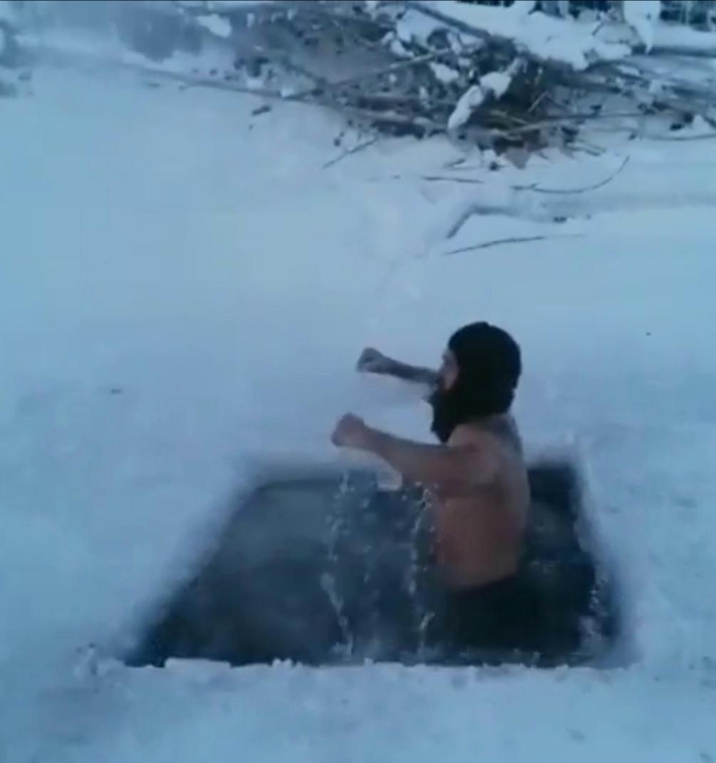 На полюсе холода Оймяконе туристы искупались в -60 градусов