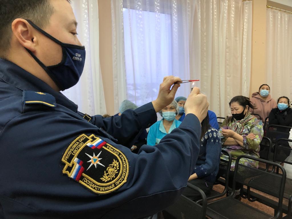 Сотрудники МЧС России проводят разъяснительную работу на объектах с круглосуточным пребыванием людей
