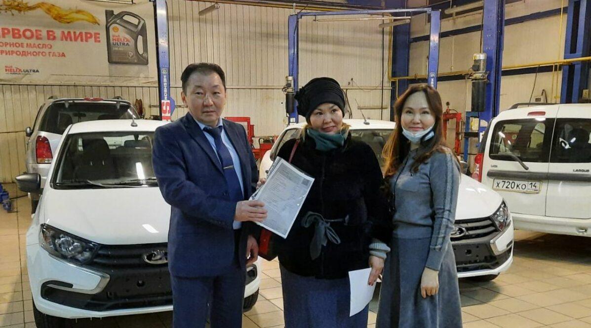 Якутяне, пострадавшие от производственной травмы, получили новые автомобили