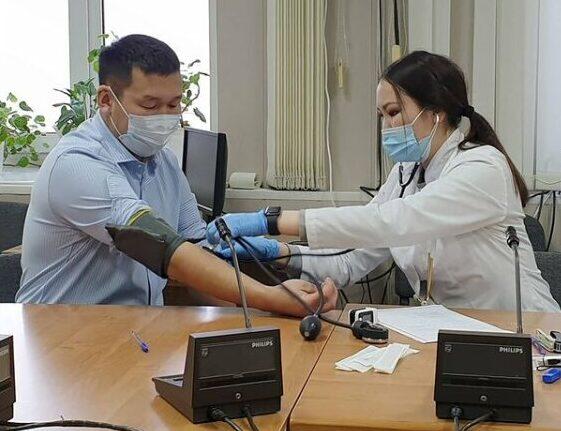Глава Хангаласского улуса Олег Иринеев вакцинировался от коронавируса