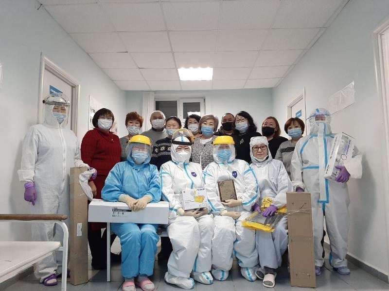 Выпускники Кобяйской школы Якутии подарили врачам, борющимся с COVID-19, средства защиты