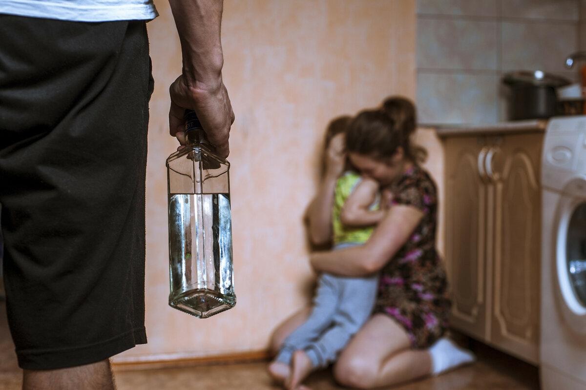 В Якутии мужчина угрожал жене расправой и избивал дочь (ВИДЕО)