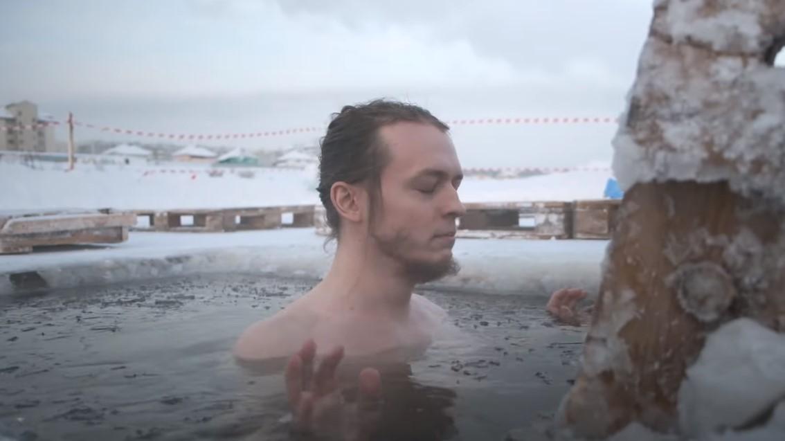 ВИДЕО. Французы удивили мир, искупавшись зимой в проруби в Якутии