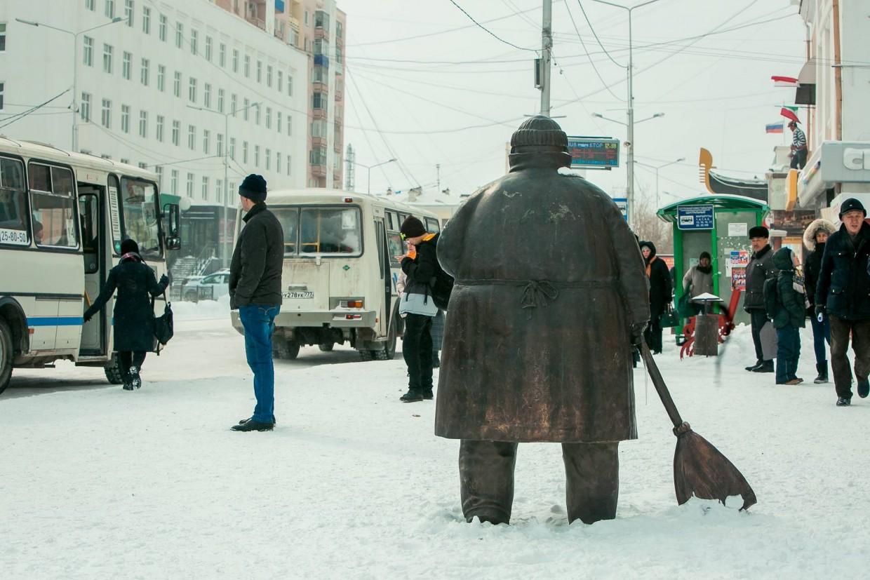 Памятник дворнику в Якутске пока занимает 7 место в борьбе за звание самой необычной скульптуры России