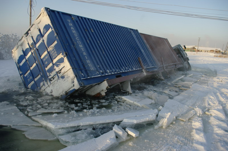 Спасатели предупреждают - на автозимниках Якутии образовываются наледи