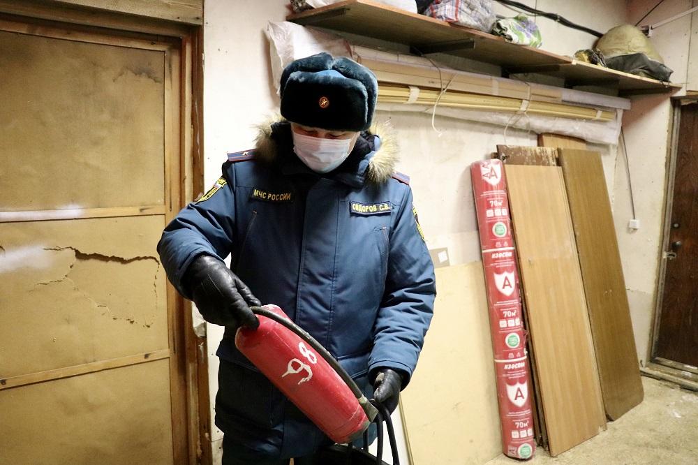 Сотрудники МЧС рассказали по правилах пожарной безопасности в гаражах