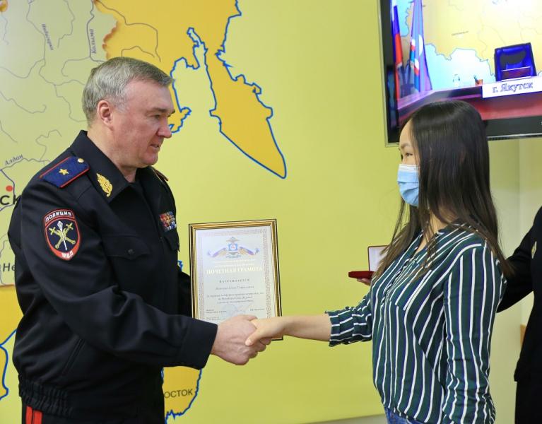 Жительницу Якутска, оказавшую содействие в поиске третьеклассницы, наградили