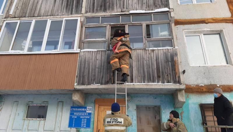 В Якутии пожарные спасли маленькую девочку, запертую на холодном балконе