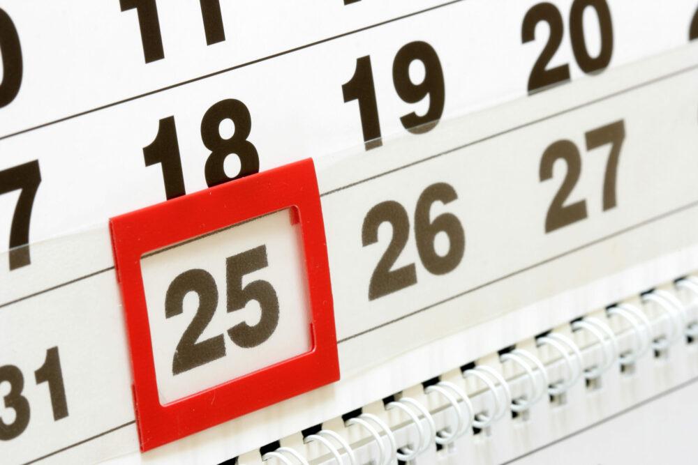 Сотрудники ДЭК будут принимать показания приборов учета в один из праздничных выходных дней