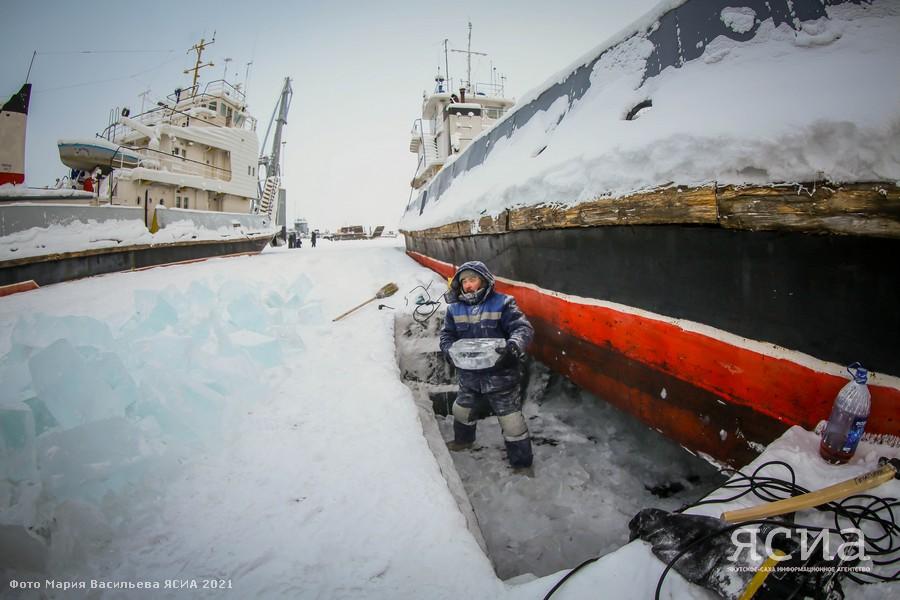 Сильные морозы помогли ускорить выморозку судов на Жатайском судоремонтном заводе в Якутии